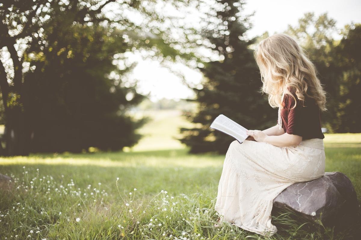 Me lees un poema